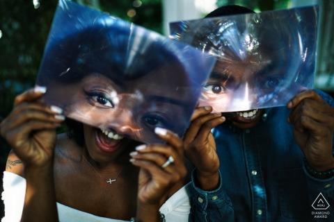 一對夫婦玩得開心的訂婚照片 布朗克斯攝影師婚前肖像會議