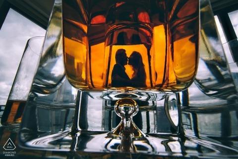 通過玻璃剪影和拍攝的一對夫婦的訂婚照片 紐約市攝影師婚禮前拍照會議