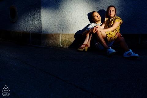 Sesión de compromiso de boda urbana con una pareja a la luz del sol caliente Braga sesión de fotógrafo antes de la boda.