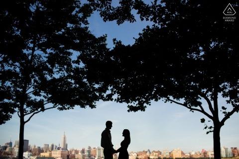 Het verlovingsportret van het paar langs de horizon van New York