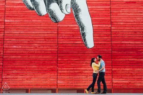 Madrider Hochzeitsfotograf für spanische Verlobungssitzungen unter großer Straßenkunst