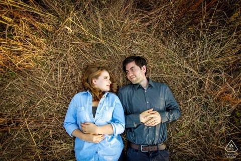 Sesión de fotografía Compromiso al aire libre Otoño | Pareja comprometida se relaja en una cama de ciervos