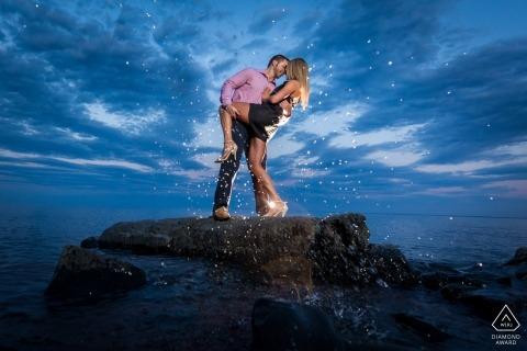 coppia sul tuffo nella roccia   Fotografia di matrimonio e fidanzamento di Minneapolis