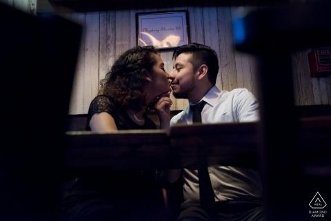 Obrazy zaręczynowe pary z Francji w barze | Fotograf przed ślubem z Auvergne-Rhône-Alpes