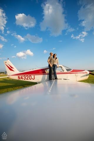 Regardant vers le ciel   Séance de photographie d'engagement à Minneapolis, Minnesota, à l'aéroport avec un avion