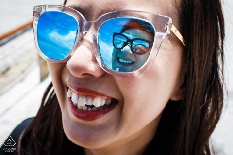 一對夫婦的中國婚禮攝影師訂婚畫像在彼此反射了太陽鏡| 福建前婚紗照