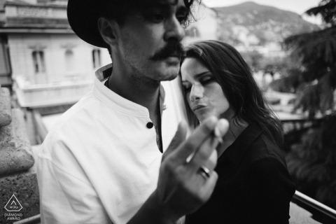 Tournage de fiançailles pré-mariage Toscane noir et blanc avec un couple en train de fumer | Séance de photographie de portrait à Sienne