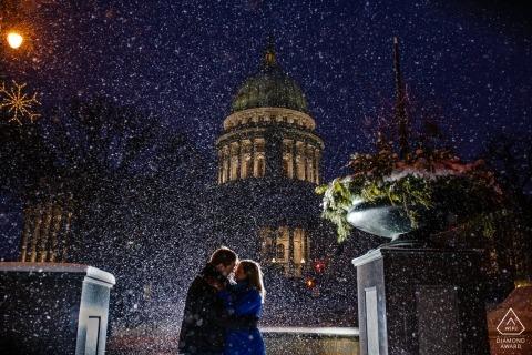Zaręczyny portret podczas opadu śniegu przy Wisconsin stanu Capitol.