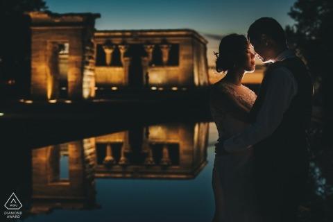 Portraitfotositzung vor der Hochzeit in Spanien auf dem Wasser mit Reflexionen | Madrid Fotografie