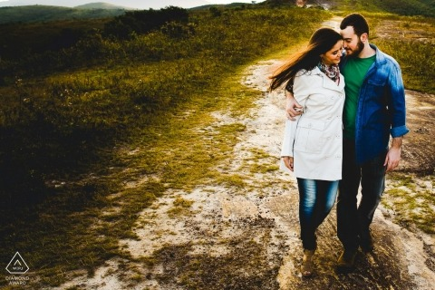 Brazil wedding photographer engagement portrait of a couple walking in the county| Minas Gerais pre-wedding pictures