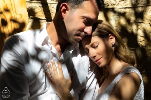 Verliefd | pre-bruiloft engagement foto's van een paar in schaduw en zonlicht | Londense portretshoot
