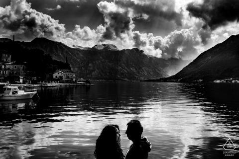 Deutschland schwarz-weiß Pre-Hochzeit Verlobungsbilder eines Paares am See in den Bergen | Hessische Porträtaufnahme