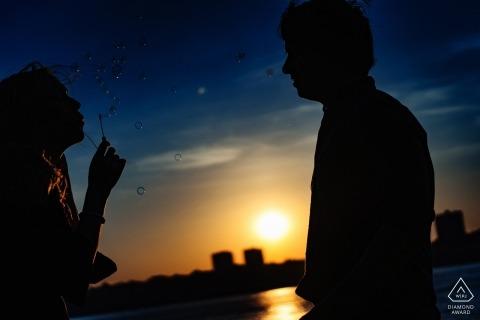 紐約訂婚照片的一對夫婦映襯著水和天際線| 婚禮前拍照會議