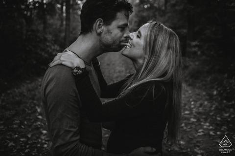 Gek paar in loveshoot tijdens hun Breda portait-zitting vóór hun huwelijksdag