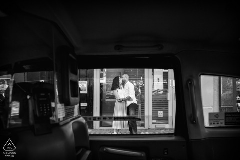Photos de fiançailles pré-mariage Occitanie en noir et blanc montrant un couple photographié avec une voiture | Portrait de france