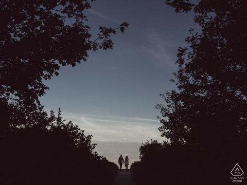 Portland Maine Engagement Photo d'un couple près du crépuscule avec un grand ciel et de grands arbres
