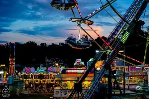 Ein paar küsse auf dem riesenrad auf dem county fair bei sonnenuntergang Virginia Verlobungsporträts