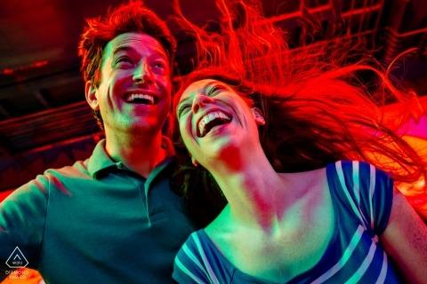 Ein Ehepaar im Funhaus auf der Grafschaftsmesse, erschreckt durch den Luftstoßweg Arlington, VA Hochzeitsfotograf