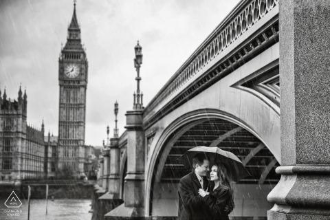 Hérault photographe de mariage noir et blanc, fiançailles, portrait d'un couple avec Big Ben | Photos de pré-mariage Occitanie
