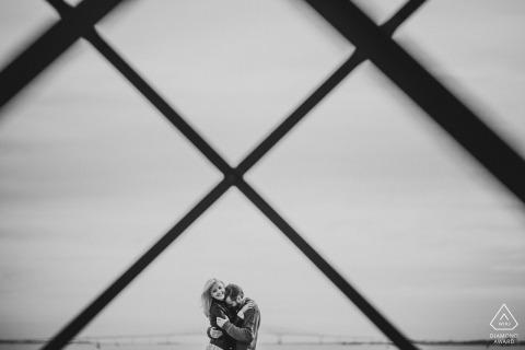 Baltimore Engagement Séance photo créative d'un couple en noir et blanc