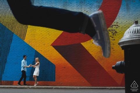Session de photographie de fiançailles à New York pour ce couple à la recherche de couleurs et d'action