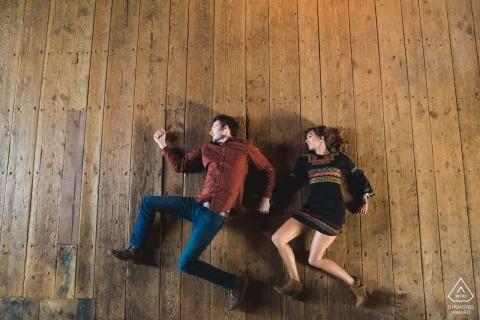 Portrait de fiançailles au-dessus d'un couple qui court comme jamais auparavant