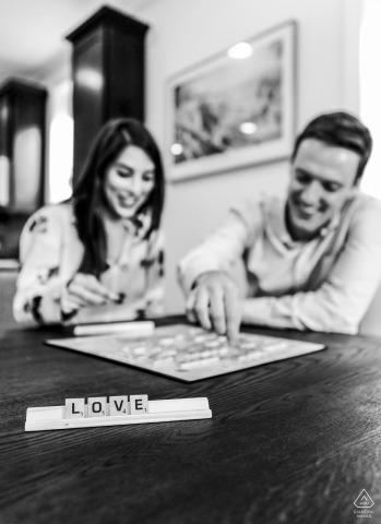 Scrabble deletrea amor por esta pareja durante esta sesión de compromiso en el Lincoln Park de Chicago