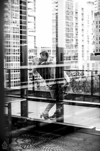 Chicago Urban Engagement Session con una pareja y edificios altos en blanco y negro