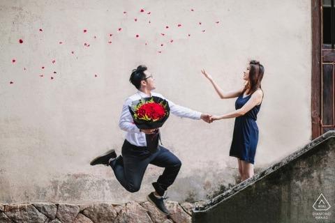 Chiny zdjęcia przedślubne zaręczynowe para zabawy w schody z bukietem kwiatów Strzelanie do portretu Fujiana