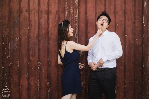 Chiny zdjęcia zaręczynowe pary z czerwonymi deskami stodoły | Przed sesją portretową fotografa Fujiana