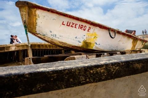 Vor der Hochzeit verlobte Bilder eines Paares mit kleinen Booten | Hesse Porträts