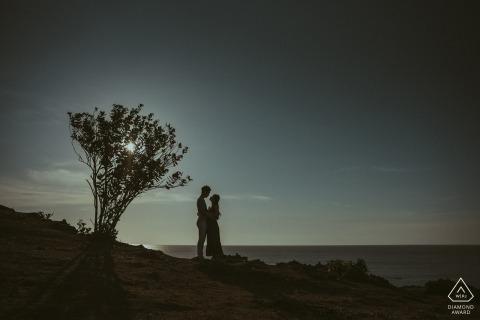 Indonesien Hochzeit Verlobungsporträt eines Paares mit einem Solobaum nahe Sonnenuntergang | Indonesien-Hochzeit vor der Hochzeit