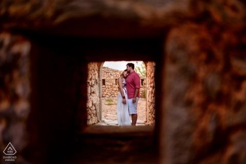 Porträt eines Paares, das in Kefalonia Griechenland während der E-Session-Fotografie umarmt