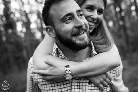 Séance de photos de fiançailles en noir et blanc à Madrid d'un couple jouant à l'extérieur | Photographe de mariage en Espagne