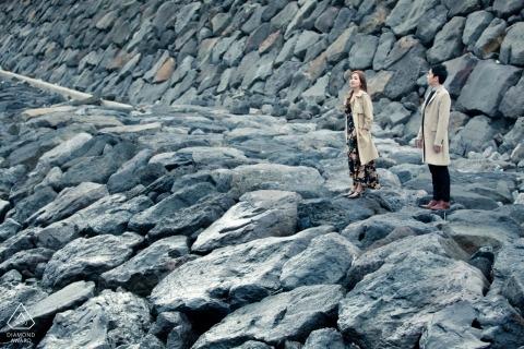 Maleisië pre-huwelijksovereenkomst afbeeldingen van een paar staande op stenen steiger aan de oceaan | Malacca paar fotosessie