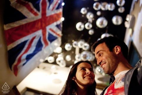 Braga verlovingsfoto's van een stel met vlaggen en lichten | Portugal fotograaf pre-huwelijksportret sessie