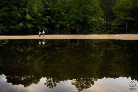 Lakeside-verloving afbeeldingen van een paar weerspiegeld in het water | RI fotograaf pre-huwelijkssessie voor portretten