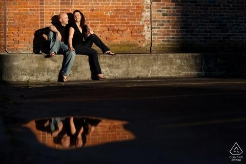Prentbriefkaarfoto's Rhode Island van een echtpaar weerspiegeld in een plas in de warme zon | Providence portret shoot