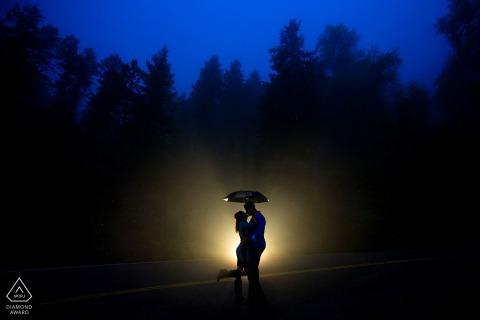 Aussichtsberg-Verlobungsfotosession im Regen und im Nebel