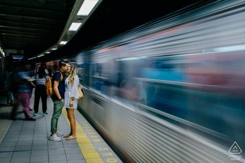 Metroportingsportretten van een koppel op het treinstation | Fotograaf van Athene voor pre-huwelijksfotograaf