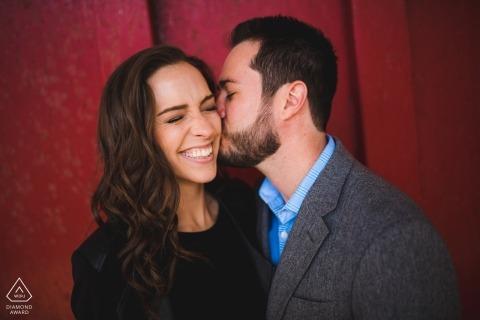 Fond de mur rouge | photos de fiançailles pré-mariage d'un couple s'embrassant | DC portrait shoot