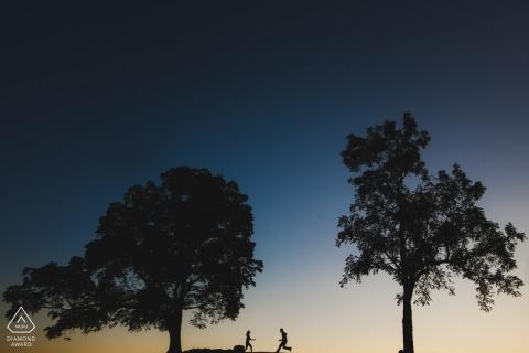 2 Trees photos de fiançailles d'un couple en cours d'exécution | Séance de portrait pré-mariage d'un photographe DC