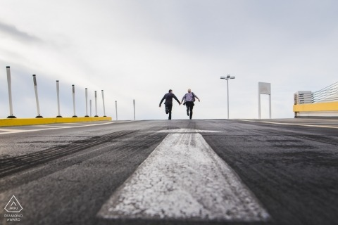 Photos de fiançailles pré-mariage d'une piste de course montrant un couple descendant la piste | Portrait de Washington DC