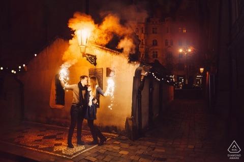 Fotos de noivado pré-casamento República Checa de um casal com fogo, foguetes e fumaça | Tiro de retrato de Praga