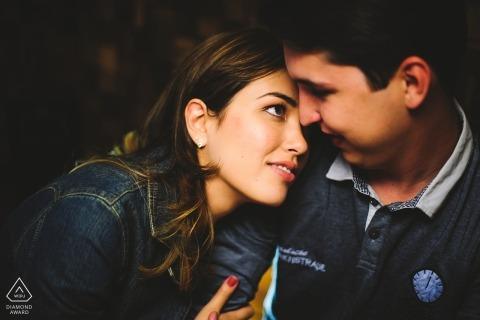 一对情侣的室内订婚照片陷入爱情凝视中| 巴西利亚摄影师婚前画像会议