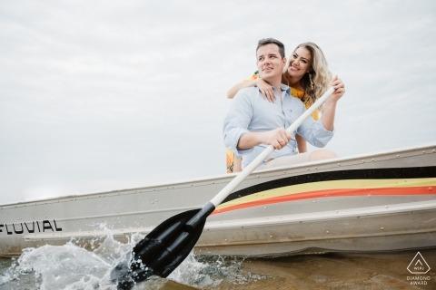 划船小船的夫妇的航海订婚图象| 巴西摄影师婚前会议的肖像