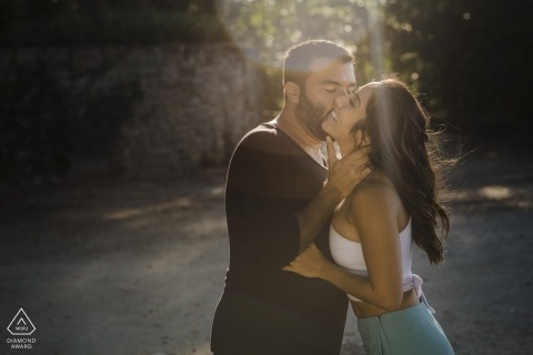 Sunlight shining during this engagement picture of a kissing couple | Rio de Janeiro photographer pre-wedding shoot with photographer