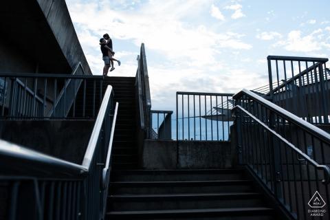 Australien vorhochzeit verlobungsbilder von ein paar umarmt in der nähe von treppen und schienen Melbourne Paar Fotosession