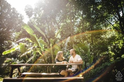 MG-Bilder eines Paares draußen in der Sonne mit Bäumen von einem Top-Brasilien-Verlobungsfotografen