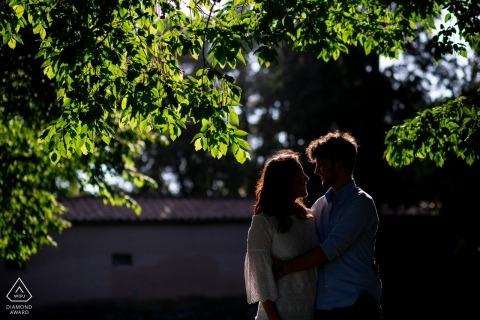 Pistoia rand-verlicht huwelijksverloving portret van een paar in de bomen Toscaanse pre-huwelijksfotografiesessie